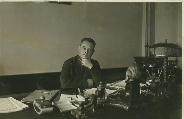 Mirosha, oficer NKWD w swoim gabinecie, zdjecie wykonane ok. 1930 rok memorial moscow archives